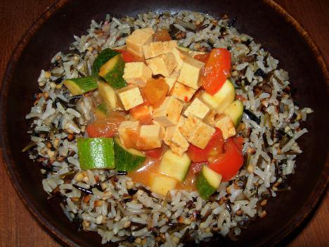 Tofugemüse in Kokosnussmilch mit knusprigem Wildreis