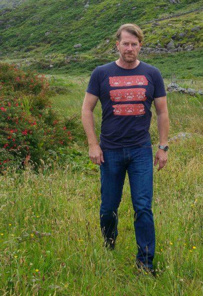 recolution Fair trade T-Shirt Männer #WHEN A MAN LOVES A WOMAN dunkelblau
