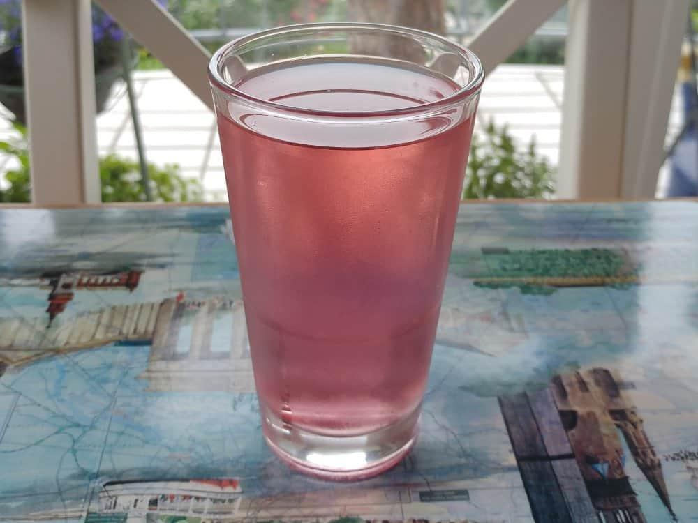 Rosenwasser trinken