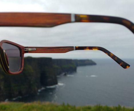 Doppelfederscharniere machen die Sonnenbrille flexibel - seht ihr die Cliffs of Moher im Hintergrund? Das war soooo schön!